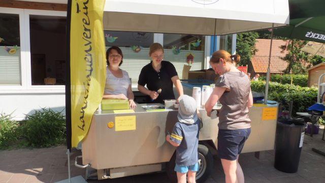 Die LandFrauen mit einem Eismobil - kam sehr gut an!